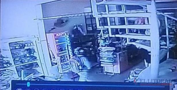 Con pistolas y cascos puestos, asaltaron una librería y una agencia de quinielas