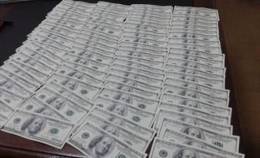 Detuvieron a un adolescente de 17 años con 9.500 dólares falsos en una mochila