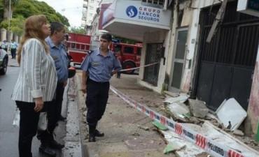 Cayó parte del balcón de una construcción céntrica y tres personas resultaron heridas