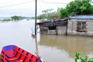 Con el pico máximo de creciente la lluvia complicó a los evacuados