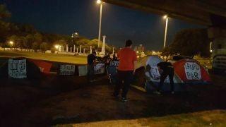 El acampe policial bajo el puente ya cumplió las dos semanas de protesta