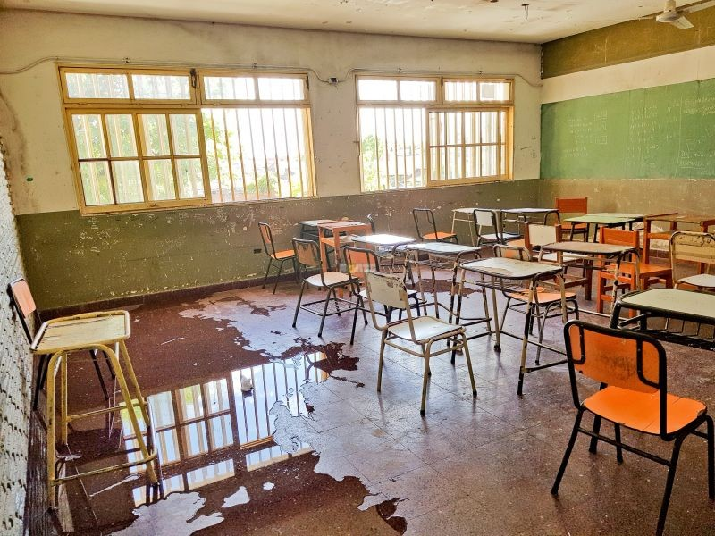 Filtraciones, aulas inundadas y el temor al desmoronamiento en una escuela