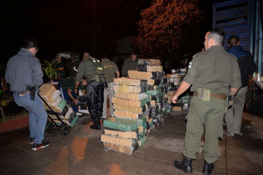 Bajo la lluvia, un conductor abandonó un camión con más de 4.000 kg de droga