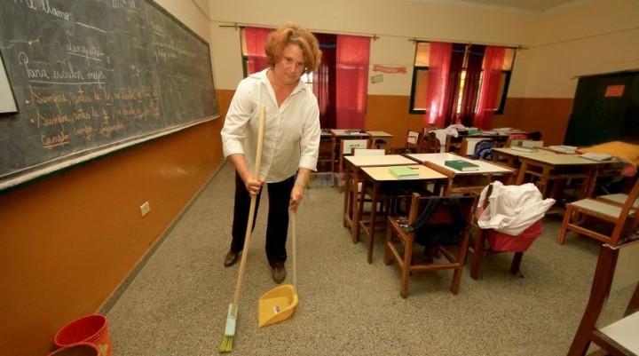 Las docentes de la Escuela Nº 345 se encargan de la limpieza de las aulas