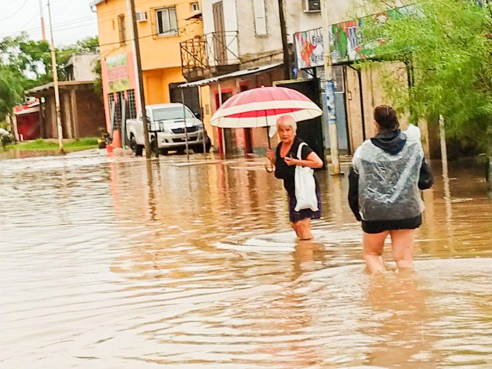 Un aguacero madrugador reinstaló la rutina de la emergencia en la ciudad