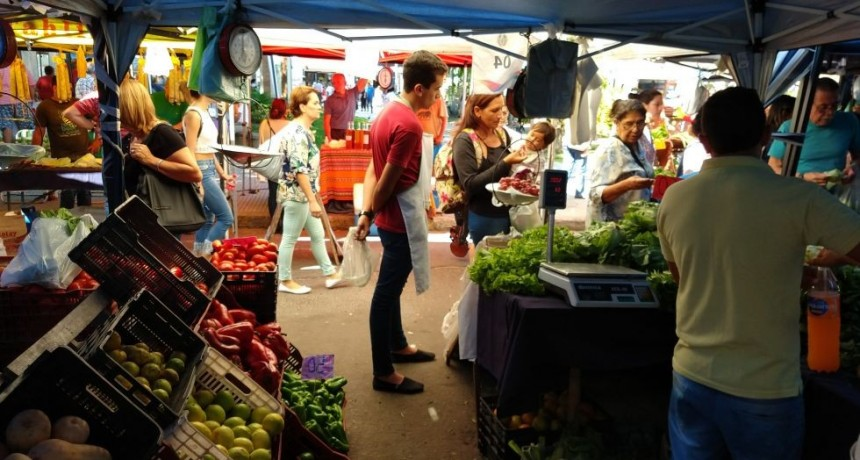 En los mercados populares, crecen las compras de frutas y verduras en cuotas