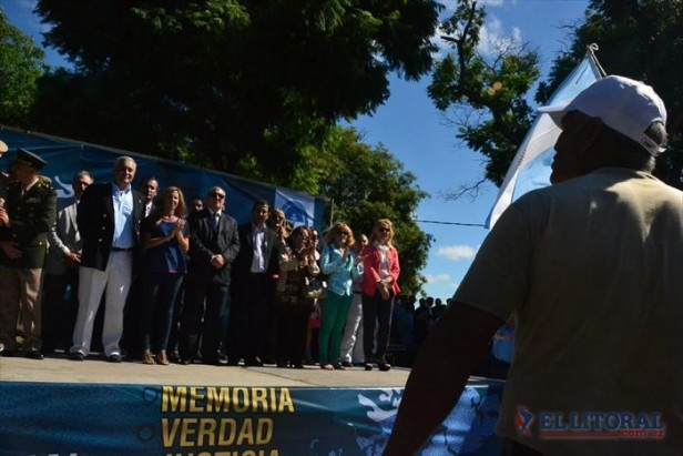 Frente al monumento a los héroes, Ríos abogó por la recuperación pacífica de las islas