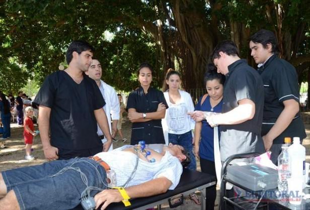 Control y promoción de salud en una feria en el parque Mitre