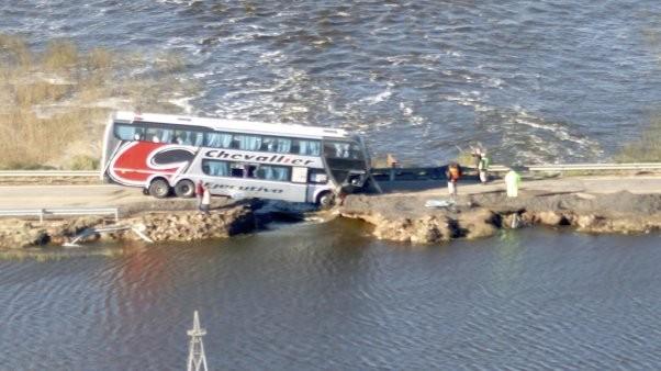 Un micro cayó a una grieta al quebrarse la ruta 188 por la crecida del río
