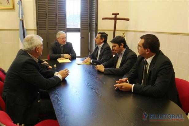 Ante la visita de ediles el Arzobispo pidió consenso para incluir la cruz en la bandera