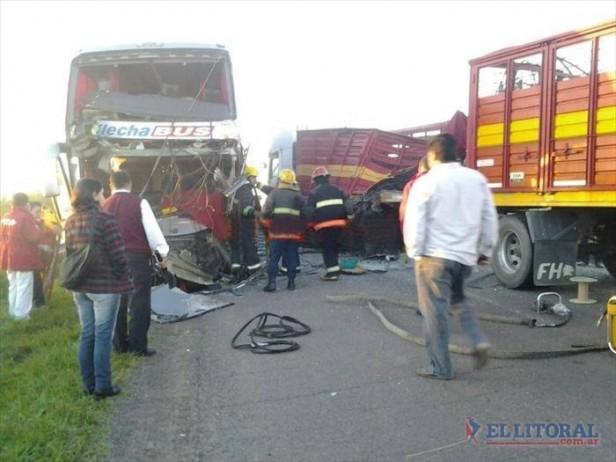 Choque frontal entre un colectivo y un camión dejó un muerto y seis heridos