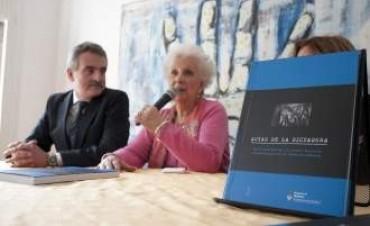 Rossi entregó a Abuelas de Plaza de Mayo actas de la dictadura