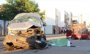 Un peatón murió aplastado por un auto que volcó y su hija sufrió graves heridas