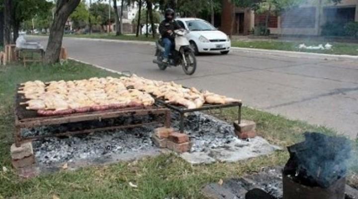 Por la crisis prolifera la venta de pollo asado en las calles