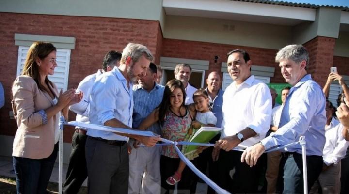 Santa Lucía: Valdés entregó 50 viviendas y anunció construcción de un parque industrial