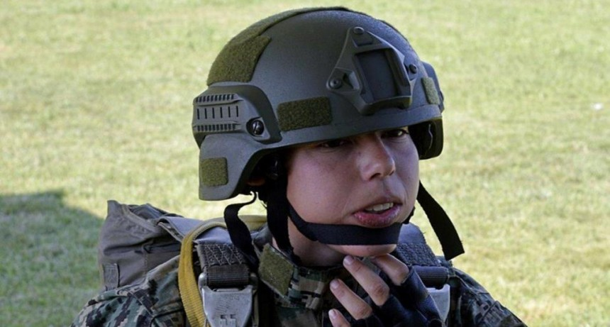Santotomeña es la primera mujer paracaidista en un grupo especial