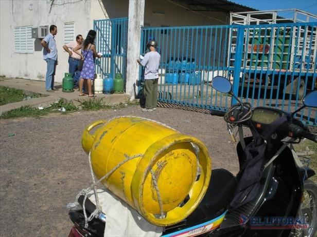 Garrafas sociales: se profundiza la escasez y fijan prioridades para la venta en barrios