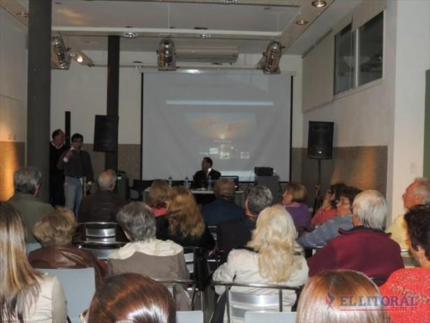 Alvearenses presentan con orgullo un libro sobre Isaco Abitbol en distintas localidades