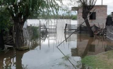 El Santa Lucía se estacionó pero aún hay 250 evacuados y brotó una puja política