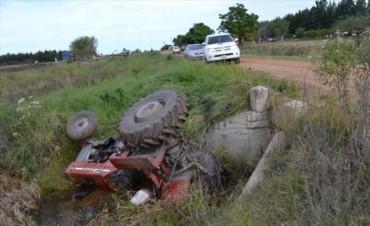 Murió un hombre al volcar un tractor y caer a una alcantarilla en Juan Pujol
