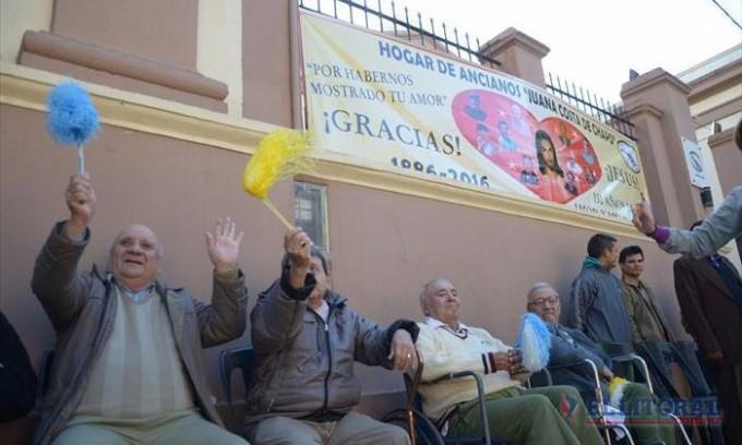 El clima y la fe se conjugaron para que una multitud acompañe a la Cruz de los Milagros