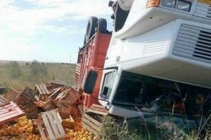 Monte Caseros: reventó un neumático y volcó un camión