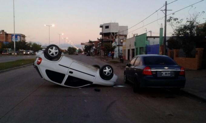 Alcoholizado, chocó autos estacionados y volcó