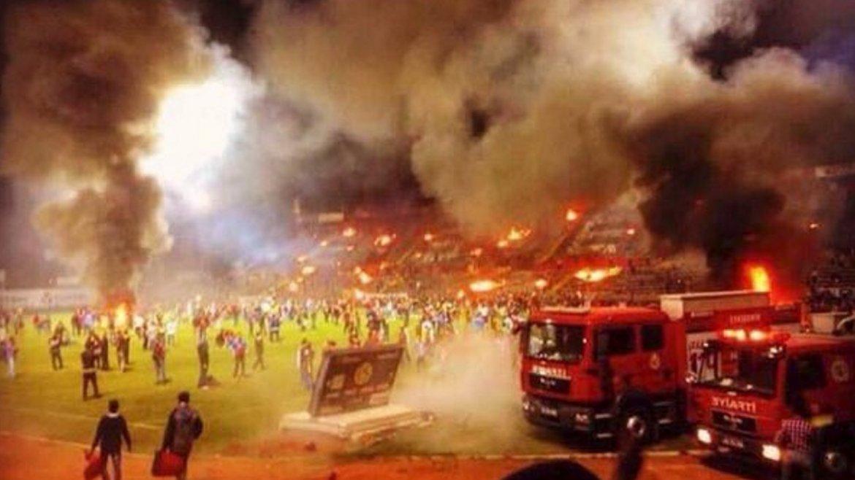 Locura total: los hinchas prendieron fuego su propio estadio luego del descenso del equipo