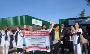 Abrazo simbólico con reclamos de los trabajadores del Hospital Vidal