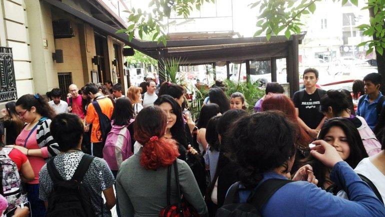 Hay 2 jóvenes identificados por las amenazas de bomba a los colegios porteños