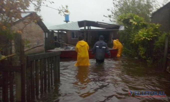 Por la lluvia volvió a crecer el río Santa Lucía y también el número de evacuados