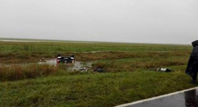 Volcaron y cayeron a una laguna: tres muertos