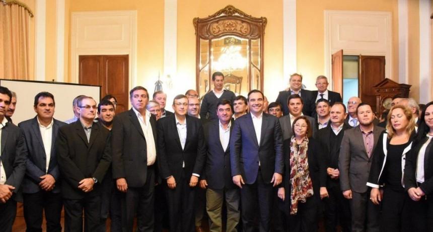 Valdés firmó convenios de viviendas con 33 intendentes y hoy recibirá a Macri