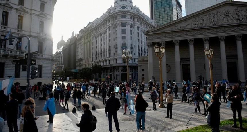 Un reducido grupo de manifestantes protestó contra la cuarentena en la Plaza de Mayo
