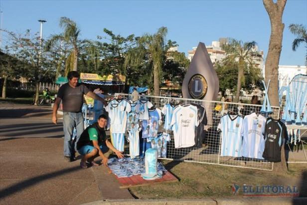 En la semana del arranque del Mundial, intensifican la venta de banderas, gorros, cornetas y camisetas