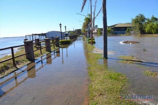 Paso de la Patria refuerza sus defensas e Itatí dispone operativos de evacuación