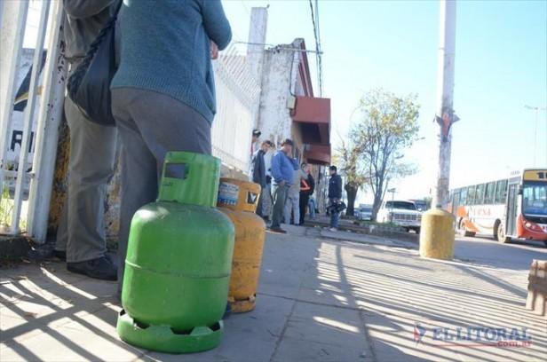Garrafas sociales: las empresas no emiten informes y siguen los reclamos en barrios