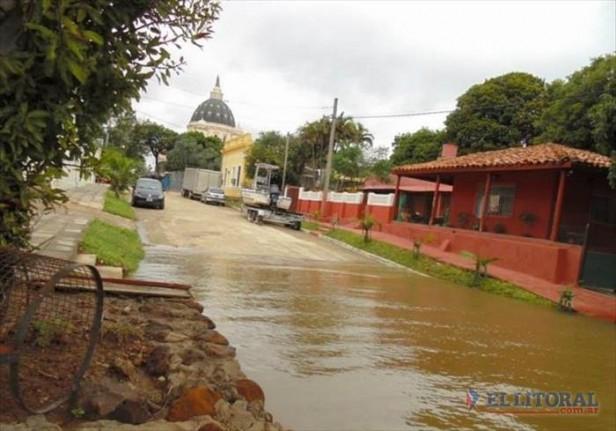 El río llegaría a los 8 metros y hay 120 familias aisladas