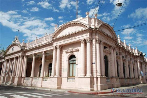 Hacienda asegura que Ríos recibió 40% más que Camau