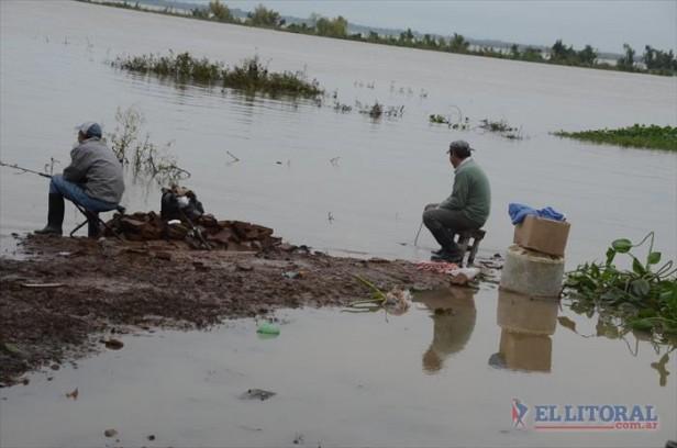 El Paraná, amigo y enemigo para decenas de familias que diariamente la pelean en el Itatí
