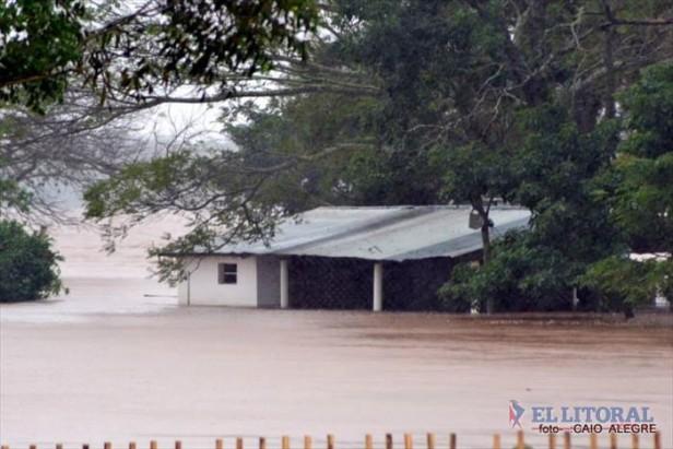 Por la crecida del río Uruguay, evacuaron a más de 215 personas en Santo Tomé