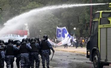 Violenta represión a manifestantes en la plaza 25 de Mayo de Resistencia