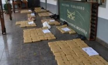 Incautan casi 300 kilos de droga de una camioneta que chocó con máquina vial