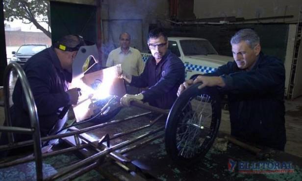 Alumnos y profesores de la Escuela Industrial preparan un auto ecológico con motor eléctrico