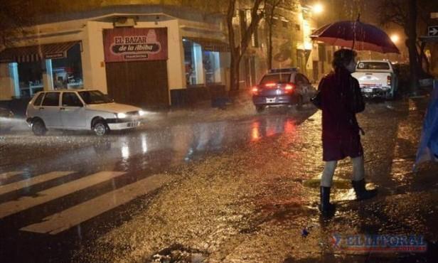 Con más de 90 milímetros de agua caída, la fuerte tormenta complicó a la Capital