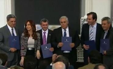 Camau, Ríos y Bassi junto a la Presidenta que entregó certificados de financiamiento industrial