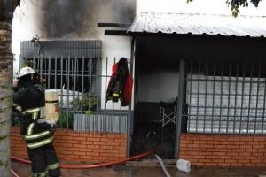 Incendio: mujer con quemaduras y dos bomberos descompensados