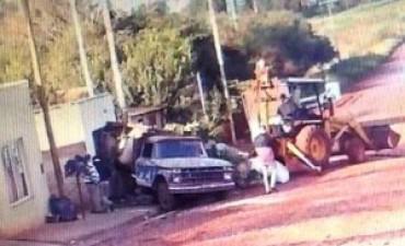 """Camión se """"apagó"""" mientras circulaba y se incrustó contra una casa: su carga """"aplastó"""" a una persona"""