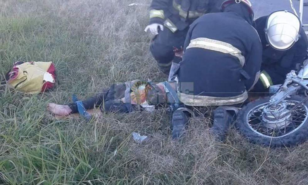 Motociclista embistió a una camioneta y rebotó contra un auto que lo volvió a chocar