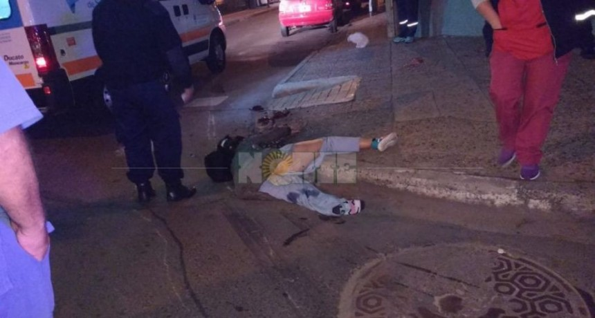 Madrugada fatal: un camión aplastó a una mujer, arrastró su moto y la dejó abandonada